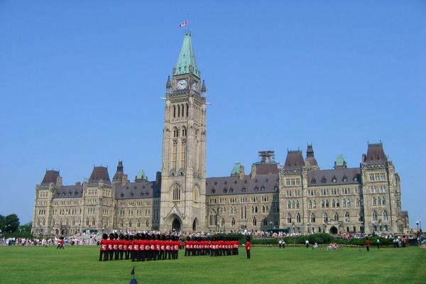 Парламентский холм в Оттаве фото