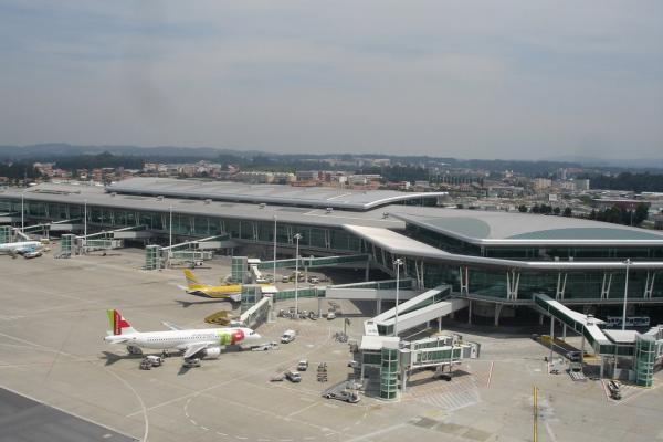 Аэропорт Порту имени Франсишку ди Са Карнейру фото